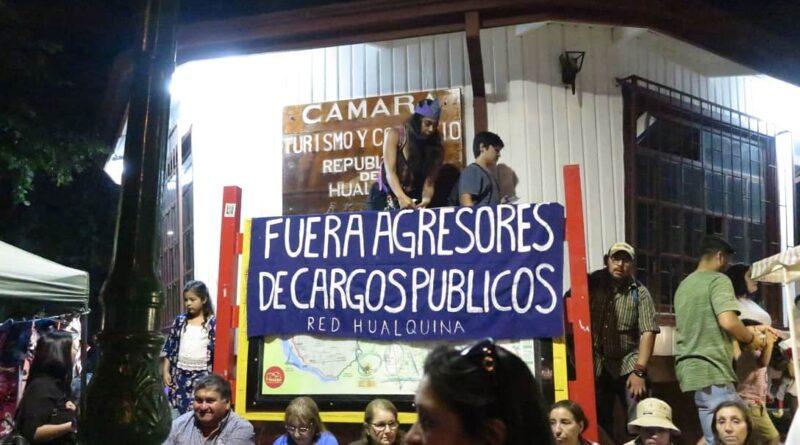 [Hualqui] Vecinas se manifiestan contra las tradiciones sexistas y los agresores en cargos públicos en concurrida fiesta costumbrista