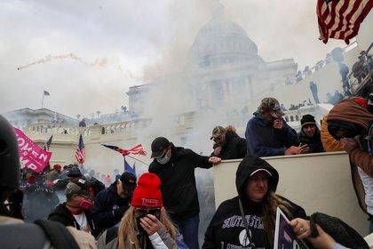 Trump no se quiere ir, partidarios armados irrumpen en el Capitolio en Washington