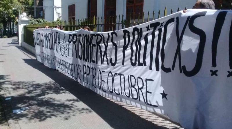 Realizan mitin a las afueras del INDH de Santiago para visibilizar la situación de las personas privadas de libertad desde que Chile se declaró en estado de rebeldía.