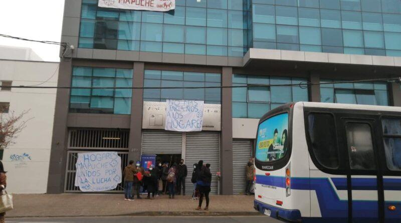 Estudiantes mapuche ocupan sedes de la Conadi y Junaeb exigiendo diálogo y mejoras administrativas en los hogares